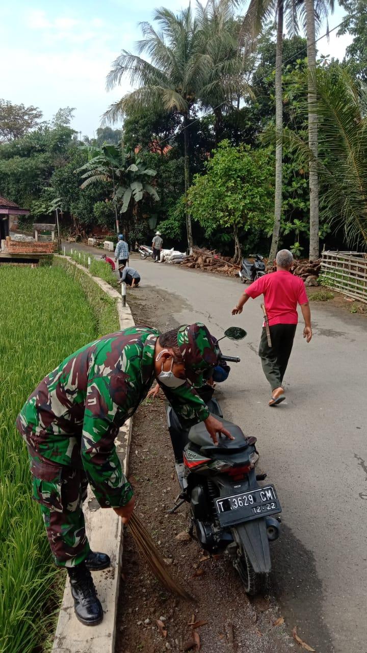 Warga Desa Linggarsari Kecamatan Plered Membersihan Lingkungan lewat Kerja Bakti